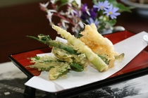 地元で採れた山菜の天ぷら