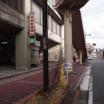 ③左折するとすぐに駐車場入り口が左手にございます