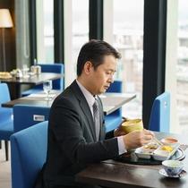 忙しい朝も、バランスのとれたホテル朝食&大きな窓から射し込む光で、しっかりパワーチャージ!