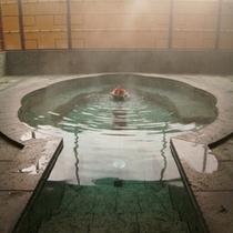 *大浴場(貴妃湯)/花びらをモチーフにした湯船の中心から、美人湯が溢れだす。