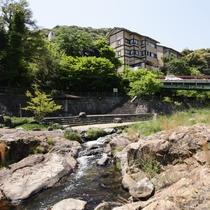 大寧寺川から見た玉仙閣