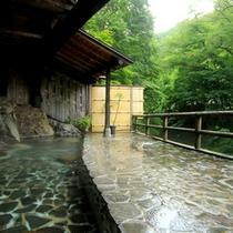 【男性】雄大な自然と渓谷を望む絶景の露天風呂