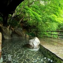 【女性】渓流を望む露天風呂は開放感たっぷりです。