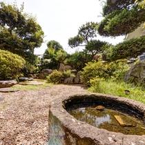 *中庭/手入れの行き届いた日本庭園。四季折々の景観がお愉しみいただけます。