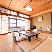 *和室8畳(客室一例)/ご家族やグループでのご宿泊に◎お部屋から望む出雲の街並みに心癒されるひと時を。
