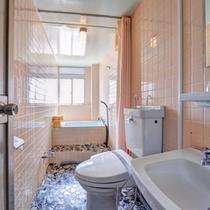 *和洋室(客室一例)/バス&トイレを完備いたしております。