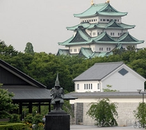 【近隣】名古屋城(徒歩5分/手前は加藤清正像&名古屋能楽堂)