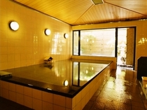 【紅梅の湯】当館で一番広い内風呂です。溢れ出る源泉100%の湯が体の芯まで暖めてくれます。