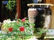 【中庭】もともと造り酒屋だったつるやの中庭には当時を思わせる大きな甕があります。