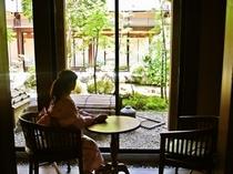 【ラウンジ】館内ラウンジからやさしい光の差し込む中庭を眺めてリラックス・・・