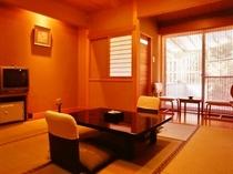 【檜露天風呂付客室】8畳和室と、檜風呂付きのお部屋です。