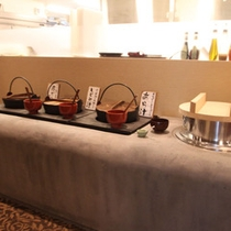 2F食事処「創作懐石&半個室 ダイニング華~Hana~」三種の味噌汁と羽釜で焚いた自家製米てんたかく