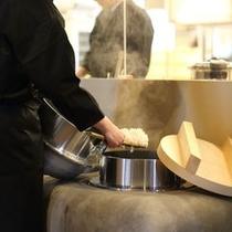 羽釜で炊いたご飯 ご飯とお味噌汁はセルフサービス