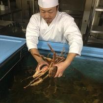 華山温泉 料理長 活蟹吟味中