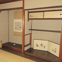 【客室】壁や柱からも歴史が感じられます