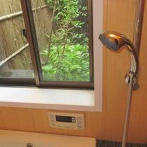 【お風呂】窓から坪庭をご覧いただけます
