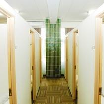 *【部屋/シングル】1室に6ブースがあり、パーテーションで仕切られています。