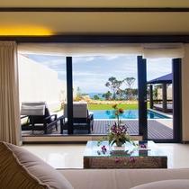 【リビングからの眺め】大きな窓が特徴的で沖縄・宮古島の青い空が映える風景をお愉しみください。