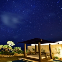 *【テラスからの眺め(夜)】お天気が良ければ、満点の星空が!デッキチェアに腰をかけてのんびりと。