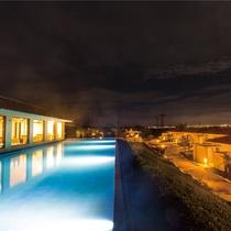 【レストラン_夜】敷地内の柔らかい光とともに宮古島フレンチをごゆっくりとご賞味ください。
