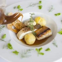 【夕食/一例】お魚料理は、宮古島産近海魚を使用した一皿。