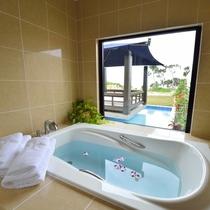 *【バスルーム】開放感溢れる空間。外の景色を楽しみながらリラックスタイムをお過ごし下さい。