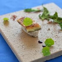*【夕食一例】県産鰻とフォアグラ。奥に見える葉は、ルッコラを乾燥させたもの。