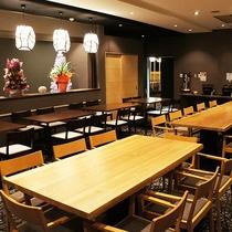 広々とした大きなテーブルでゆったりとお食事をどうぞ
