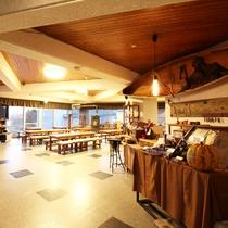 *【施設/ロビー】広々としたスペースで、窓からは朱鞠内湖の四季の変化が望めます。