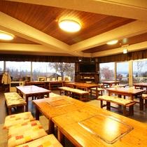 *【施設/レストラン】湖を見下ろす開放的な空間。夕日に染まる湖面を眺めていると時が経つのを忘れます。