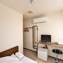 *【部屋/シングル(一例)】幅広のベッドで、一日の疲れを癒していただけるようになっております。