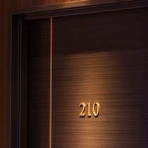 【お部屋】客室ドアは落ち着いたブラウン&ゴールドです♪
