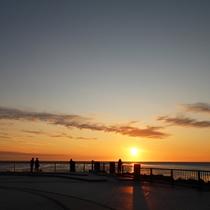 *【周辺/ノシャップ岬】夕暮れ時には地平線に沈む夕日が感動的な情景を作り出します。