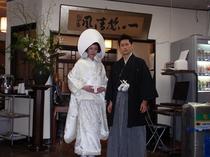 近くの櫛田神社で結婚式を挙げたカップル