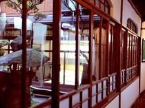 温かみのある大正ガラスの窓