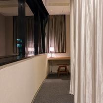 プライベートシングルはカーテンで仕切られていて、カーテンから先は広々プライベート空間です。