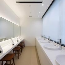 女性専用フロアの洗面スペースは洗面台とパウダースペースが分かれていてゆっくり身支度していただけます。