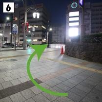 ⑥公園前交番を右手に進む