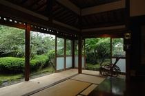 【縁側】お部屋の中から四季折々の風景をお楽しみください。