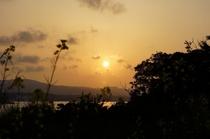 古宇利島の海に沈む夕日