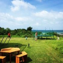 *緑のガーデン/HO ALOHAのお庭。綺麗な芝生の向こうには青い海が広がっています!