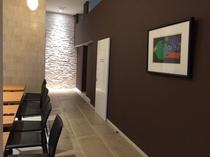 1Fフロント奥の喫茶スペース