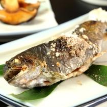 夕食_グレードアップ_ 川魚の塩焼き 秩父の食材をご堪能♪