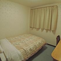 *洋室一例/シンプルなお部屋ですがごゆっくりとお寛ぎください。