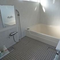 *共同浴場/こじんまりしてりますが足も伸ばせるサイズの浴槽がございます。