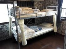 男女共用 2段ベッドの1台 ドミトリー4名相部屋 room4年2組 (下段ベッドのみカーテン付き)