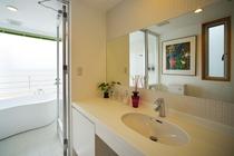 クリアーホワイトのバスルーム
