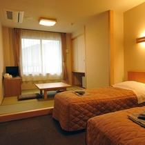 *和洋室<禁煙>/ツインルームのお部屋に小上がりの和室(6畳)がついた広々としたお部屋です