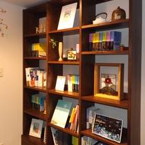 *くつろぎのスペース「椿の書棚」/池澤夏樹氏監修の書籍や山浦玄嗣氏の著作をご用意しております。