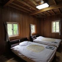 *寝室(ベッドルーム)例/木の温もりを感じる室内と窓から見える景色をお楽しみください。